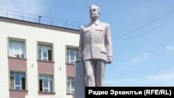 Памятник Азизу Алиеву в Махачкале