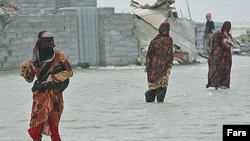شاهدان عينی در مناطق بحران زده می گويند، بيشتر خانه ها در روستاهای اطراف چابهار کاملا تخريب شده است.