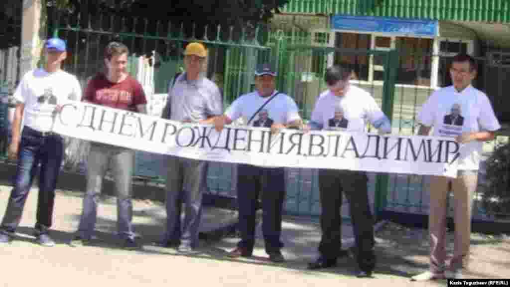 Сторонники Владимира Козлова поздравили оппозиционного политика с днем рождения возле тюрьмы в поселке Заречном.