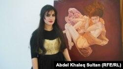 الفنانة التشكيلية سولين عثمان أمام إحدى لوحاتها في دهوك