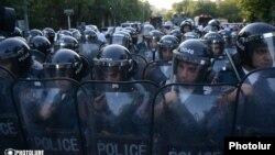 Ոստիկանները հոսանքի թանկացման դեմ ցույցի ժամանակ, 22-ը հունիսի, 2015թ.