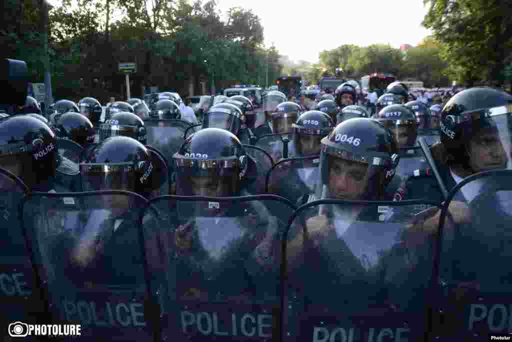 Поліція не дозволила протестувальникам дійти до резиденції президента, Єреван, 22 червня 2015 року
