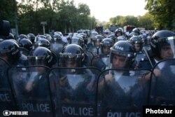 Міліцейський кордон перекриває демонстрантам шлях до президентського палацу