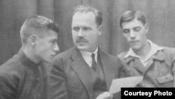 Сергей Варшавский с сыновьями, около 1920 г. Слева - Владимир, будущий писатель.