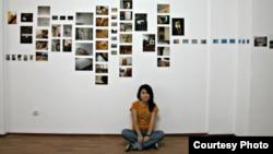 Гайша Маданова на фоне своих работ в проекте Трансформация пространства в Алматы, 2007 год. Фото из личного архива художницы.