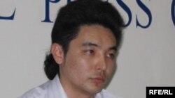 «Еркін интернет үшін» қозғалысының өкілі Ұлан Шамшет (ортада). Алматы, 6 сәуір 2010 жыл.