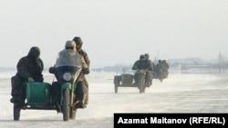 Жители села Жанбай выезжают на мотоциклах в море на добычу рыбы. Атырауская область.