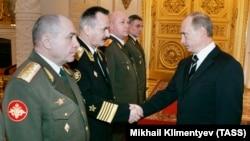 Gjenerali rus, Nikolai Tkachyov (majtas), gjatë një takimi me presidentin rus, Vladimir Putin në Kremlin, Moskë më 2007.