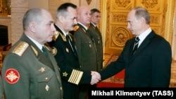 Orsýetli general-maýor Nikolaý Tkaçýow (Çepden birinji). 2007 ý.