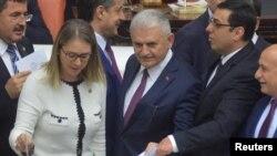 330 депутат колдосо, референдум жарыялоого негиз түзүлөт.