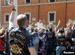 Рим папасы Франциск байкерлерге сәлім беріп тұр. Италия, 16 маусым 2013 жыл.