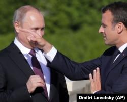 Президент Франції Емманюель Макрон (праворуч) та російський керівник Володимир Путін, Санкт-Петербург, 24 травня 2018 року