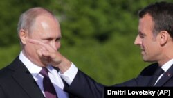 Володимир Путін (л) не приймає закликів Емманюеля Макрона (п) звільнити українських моряків