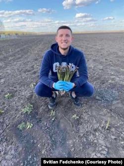 Світлан Федченко із першим урожаєм спаржі, посадженої ним