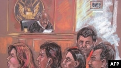 Вики Пелаес вторая слева, Хуан Лазаро - крайний справа на картинке из Нью-Йоркского суда