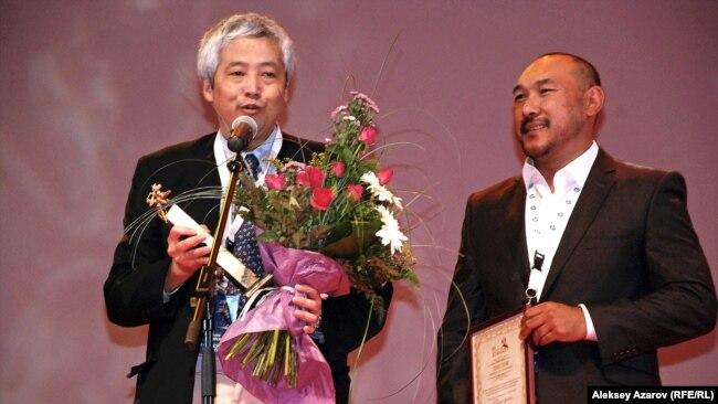 Режиссер Ерлан Нурмухамбетов (справа) во время получения Гран-при МКФ «Евразия». Алматы, 23 сентября 2011 года.