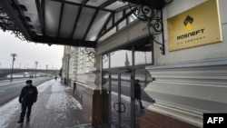 Охранник у входа в офис контролируемой государством компании «Роснефть». Москва, 15 ноября 2016 года.
