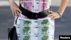 Франция. Платье ручной работы с иммитацией купюр достоинством 100 и 500 евро. 7 ноябрь 2014