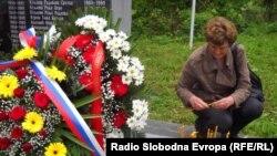 Dušanka Žuža ispred spomenika ubijenim Srbima u Bradini, maj 2012., foto: Mirsada Ćosić
