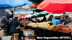 Крестьяне из разных районов страны подтвердили, что из-за неурожая либо не сдают продукты на местные рынки и предприятия, либо завышают цены, поскольку их запасы на исходе