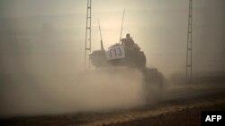 یک تانک ارتش ترکیه در مناطق مرزی با سوریه؛ پارلمان ترکیه عملیات نظامی در سوریه و عراق را تمدید کردهاست