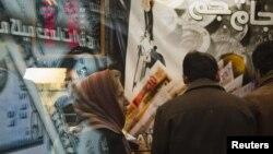 شماری از کارشناسان حضور نیروی انتظامی در بازار ارز را، زمینه سازی برای اجرای سیاست تکنرخی کردن این بازار میدانند