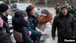 Семьи горняков у шахты имени Засядько. Донецк, 4 марта 2015 года.