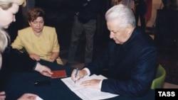 Борис и Наина Ельцины на избирательном участке в Барвихе