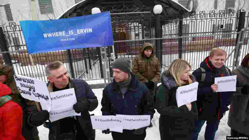 Активисты собрались под посольством России в Киеве и провели молчаливый протест.