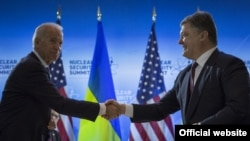 АҚШ вице-президенти Жо Байден ва Украина президенти Петро Порошенко, Вашингтон, 2016 йил 31 марти.