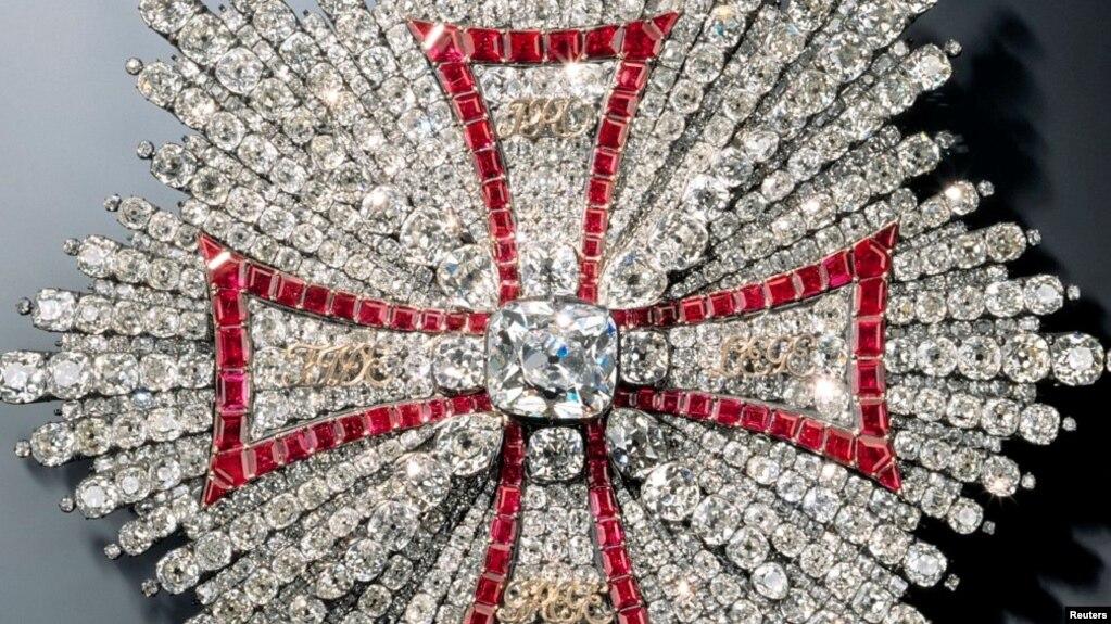 قطعهای از جواهرات به سرقترفته موزه مخزن سبز