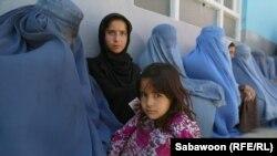 Афганские женщины с детьми в очереди за едой. Кабул, 19 июля 2013 года. Иллюстративное фото.