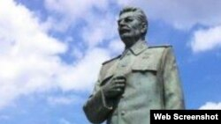 Словакиялық коллекционердің ауласында тұрған Сталиннің ескерткіші.