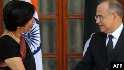 Indian Foreign Secretary Nirupama Rao (left) meets with her Pakistani counterpart Salman Bashir in New Delhi.