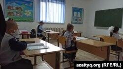 Жергілікті мектептің екінші класс оқушылары сабақта отыр. Қособа ауылы, Батыс Қазақстан облысы, 9 қыркүйек 2020 жыл.
