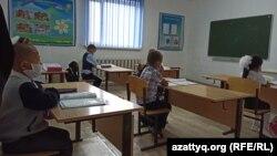 Ученики второго класса кособинской школы во время урока. Село Кособа, Западно-Казахстанская область. 9 сентября 2020 года