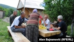 Komšije za stolom u selu Slatina kod Čajniča