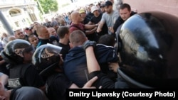 Ukraine -- Journalists tussle with police in Kyiv on May 18, 2013. At least five journalists in Ukraine have said that they were beaten in connection with their work over a two week period. Photo by by Dmitry Lipavsky ©