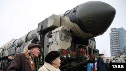 """Демонстрация ракеты """"Тополь"""" на одном из праздников в Москве, архивное фото, 2014 год"""