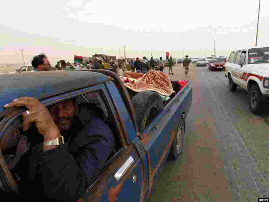 Civili u bjekstvu, Ras Lanuf, 30.03.2011. Foto: Reuters / Youssef Boudlal