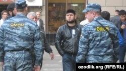 Мәскеудегі мешіттің қасында мұсылмандарды бақылап тұрған полиция жасағы. 21 қыркүйек 2012 жыл.