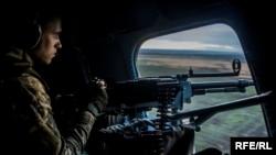 Иллюстративное фото. Военные охраняют журналистов, которых пригласили осмотреть места разведения сторон, октябрь 2016 года