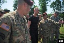 Прем'єр-міністр Арсеній Яценюк під час командно-штабних навчань із залученням американських військових «Безстрашний захисник 2015». Яворівський полігон, 3 червня 2015 року