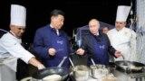 Сочидегі Владимир Путин бейнеленген қуыршақтар дүкені және оған қарап тұрған адам.
