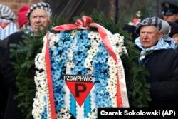 Supraviețuitori ai lagărului de la Auschwitz depun o coroană de flori, Polonia, 27 ianuarie 2020.