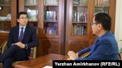 Министр образования и науки Казахстана Асхат Аймагамбетов дает интервью корреспонденту Азаттыка Касыму Аманжолу. Нур-Султан, 10 октября 2019 года.