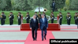 Президент Узбекистана Шавкат Мирзияев и президент Кыргызстана Алмазбек Атамбаев (справа). Ташкент, 5 октября 2017 года.