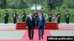 Президенты Узбекистана и Кыргызстана Шавкат Мирзияев (слева) и Алмазбек Атамбаев. Ташкент, 5 октября 2017 года.