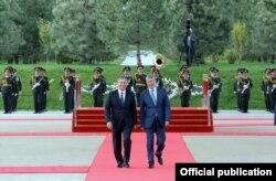 Кыргызстандын президенти Алмазбек Атамбаев менен Өзбекстандын президенти Шавкат Мирзиёев. Ташкент, 6-октябрь, 2017-жыл