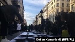 Aktivistët e shoqërisë civile në Beograd shpalosën një pankartë me emrat e shqiptarëve, trupat e vrarë të të cilëve janë gjetur në Batajnicë